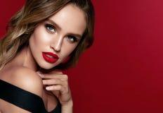 秀丽表面 有构成和红色嘴唇的美丽的妇女 免版税库存图片