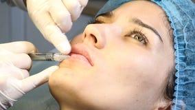 秀丽诊所 在医疗保健诊所的补白射入 做面部skincare做法的美容师 皮肤举 关闭 股票录像