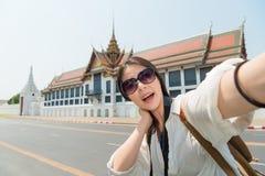 秀丽采取图片selfie的妇女背包徒步旅行者 免版税图库摄影