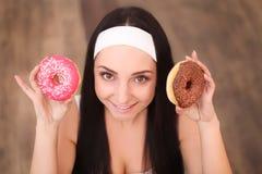 秀丽采取甜点和五颜六色的油炸圈饼的时装模特儿女孩 有甜点的滑稽的快乐的被称呼的妇女在木背景 饮食, dieti 免版税库存照片