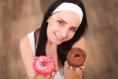 秀丽采取甜点和五颜六色的油炸圈饼的时装模特儿女孩 有甜点的滑稽的快乐的被称呼的妇女在木背景 饮食, dieti 库存图片