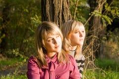 秀丽金发碧眼的女人二个年轻人 库存图片