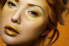 秀丽金发碧眼的女人特写镜头画象有金子构成的 免版税库存照片