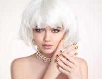 秀丽金发碧眼的女人 白肤金发的突然移动发型 被修剪的钉子 时尚gir 库存照片