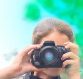 秀丽青少年照相机的女孩 免版税库存照片