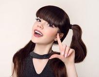 秀丽青少年的构成和发型 愉快的深色的十几岁的女孩sm 免版税库存照片