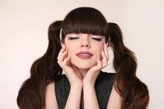 秀丽青少年的构成和发型 有头发的尾巴的十几岁的女孩 库存照片