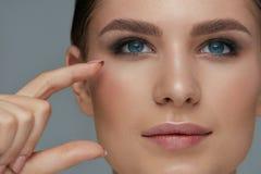 秀丽面孔构成 有美丽的眼睛和眼眉的妇女 免版税库存照片