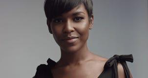 秀丽黑人妇女画象特写镜头 免版税图库摄影
