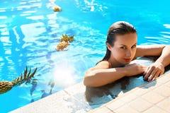 秀丽,健康概念 果子,水池的健康妇女 机体关心英尺健康温泉水妇女 库存照片