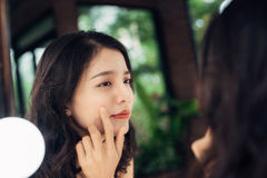 秀丽,护肤生活方式概念 有粉刺的年轻亚裔妇女 免版税图库摄影