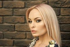 秀丽,神色,青年时期,组成,脸 有长的金发的,发型妇女 Skincare和皮肤治疗疗法 免版税图库摄影