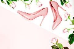 秀丽,艺术最小的时尚概念 在白色背景的桃红色裸体女性鞋子 平的位置,顶视图时髦时尚 免版税库存照片