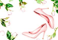 秀丽,艺术最小的时尚概念 在白色背景的桃红色裸体女性鞋子 平的位置,顶视图时髦时尚女性backgr 免版税库存图片