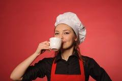 秀丽年轻人厨师用咖啡 免版税图库摄影