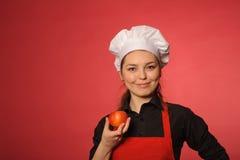 秀丽年轻人厨师用苹果 免版税库存照片