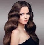 秀丽头发 有干净的新鲜的皮肤和净土真宗教派的美丽的式样女孩 图库摄影