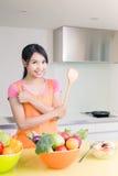 秀丽主妇在厨房里 免版税库存照片