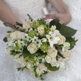 秀丽黄色和奶油玫瑰婚礼花束  免版税库存图片