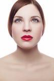 秀丽画象美丽的快乐的新鲜的妇女(30-40年)有红色嘴唇和棕色发型的 背景查出的白色 免版税库存照片