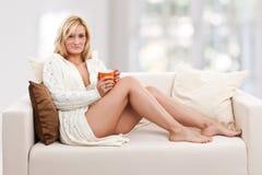 秀丽blondie沙发妇女 免版税图库摄影