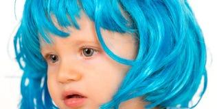 秀丽cosplay党的神色发型 小儿童穿戴蓝色假发头发 在花梢假发发型的小孩子 敬慕 库存照片