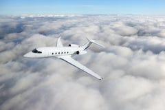 私人企业喷气机在一个高处的飞机飞行 图库摄影
