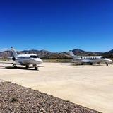 私人喷气式飞机停放在机场 库存图片