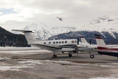 私人喷气式飞机和一架直升机在圣盛生瑞士机场  库存图片