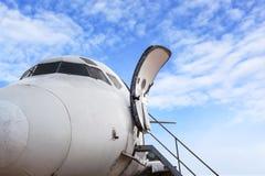 私人喷气式飞机和开放梯子的飞机门在机场b的 库存照片