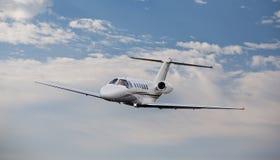 私人喷气式飞机在天空中 库存图片