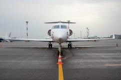 私人喷气式飞机在机场 免版税库存照片