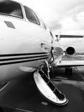 私人喷气式飞机在黑&白色的一个机场停放了 免版税库存图片