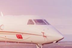 私人喷气式飞机飞机停车处在机场 在日落的私有飞机, 库存照片