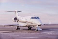 私人喷气式飞机飞机停车处在机场 在日落的私有飞机, 免版税库存图片