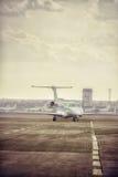 私人喷气式飞机飞机停车处在机场 在橙色日落的私有飞机 免版税库存图片