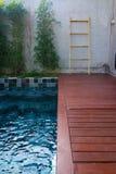 私人设备在有红色板条的庭院里 图库摄影