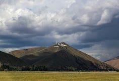 私人飞机着陆在农田的小机场有在距离的山的在凯彻姆和太阳谷爱达荷附近的风暴日 免版税图库摄影