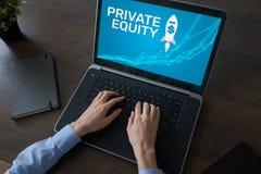 私有净值资本、投资和贸易的概念在屏幕上 概念性财务增长图象查出的白色 免版税库存图片