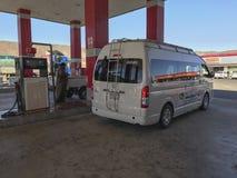 私有和公开车llne填满气体在Al Khaleej加油站在Makkah-Medinah高速公路,沙特阿拉伯 免版税库存照片