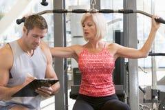 私有培训培训人注意的重量妇女 免版税图库摄影