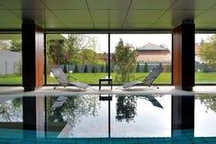 私有室内游泳池 免版税图库摄影