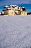 私有房子后院在冬天 免版税库存图片