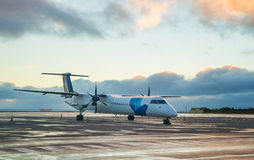 私有推进器主导的飞机停车处在机场有日落背景 免版税图库摄影