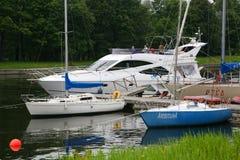 私有游艇、汽艇和小船停泊了在老木码头 免版税图库摄影