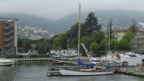 私有游艇靠了码头用意大利语Spezia口岸,在利古里亚海的活跃旅游业 股票视频