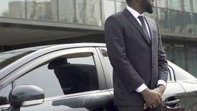 私有站立近的汽车的司机和保镖等待富有的vip客户 股票录像