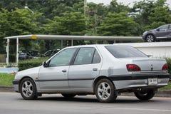 私有老汽车,标致汽车306 免版税库存照片