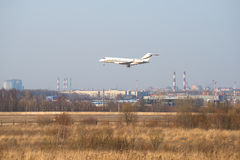 私有航空器投炸弹者全球性6000-BD-700着陆在普尔科沃机场 彼得斯堡圣徒 免版税库存照片