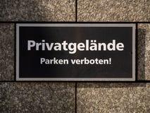 私有财产和禁止停车签字在德语的墙壁 库存照片